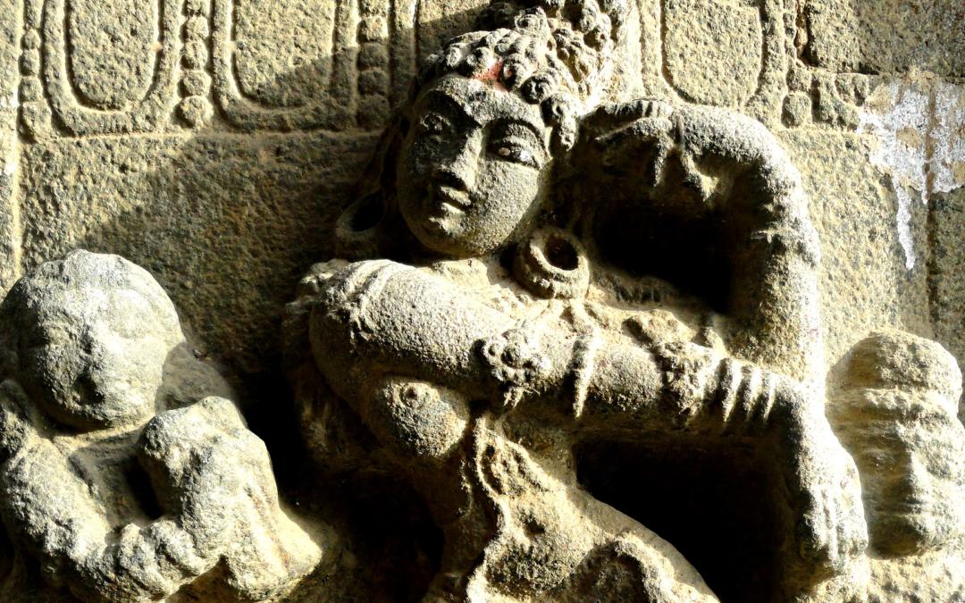 La divina asimmetria. Radicamento e asimmetrie nella danza Odissi